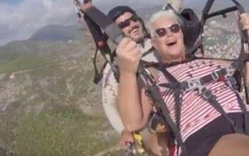Датская туристка с инструктором совершили аварийную посадку при полете на парашюте