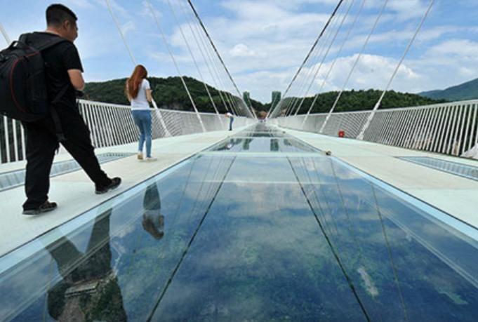 Самый длинный в мире стеклянный мост построили в Китае