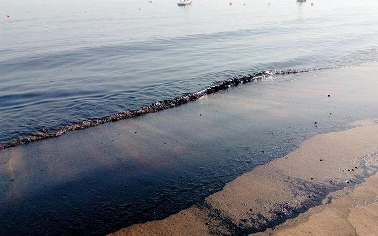 В ОАЭ купаться запрещено из-за шторма и разлитой нефти