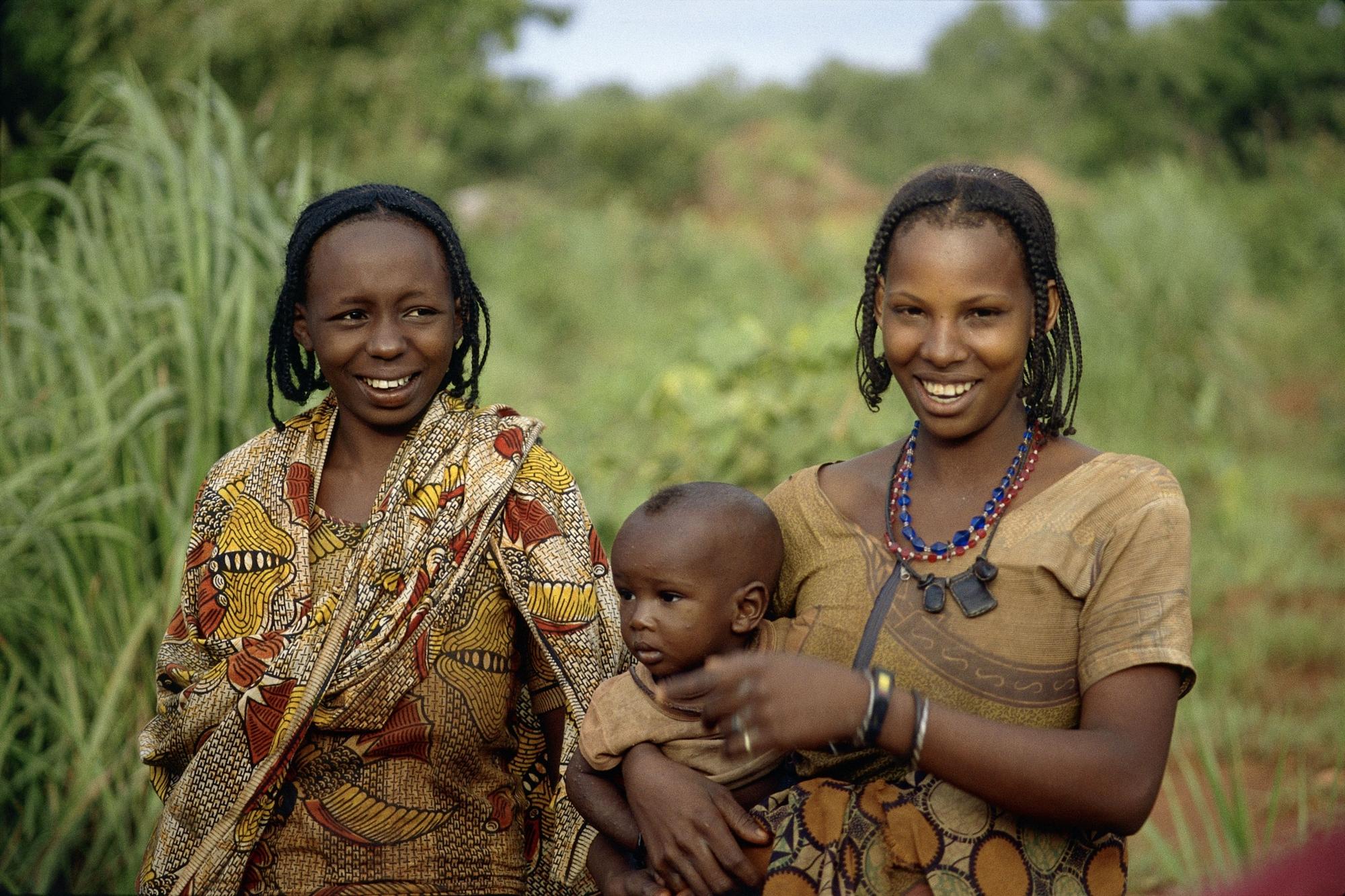 Картинки африканка в черном платье с вырезом